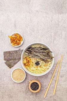 Nouilles aux algues, flocons de thon et graines de sésame