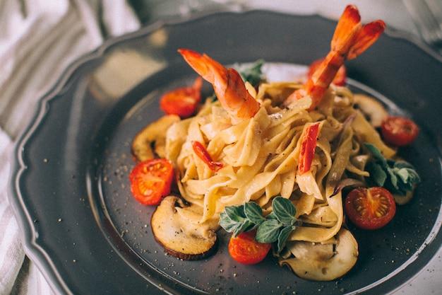 Nouilles aux crevettes et champignons