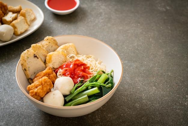 Nouilles aux œufs avec des boulettes de poisson et des boulettes de crevettes à la sauce rose, yen ta four ou yen ta fo - cuisine asiatique