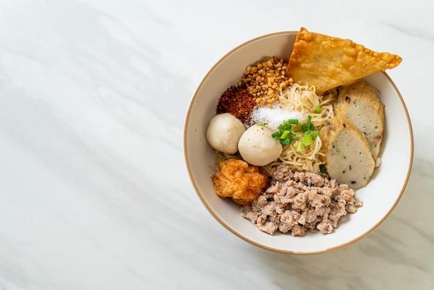 Nouilles aux œufs épicées avec boulettes de poisson et boulettes de crevettes sans soupe - style de cuisine asiatique