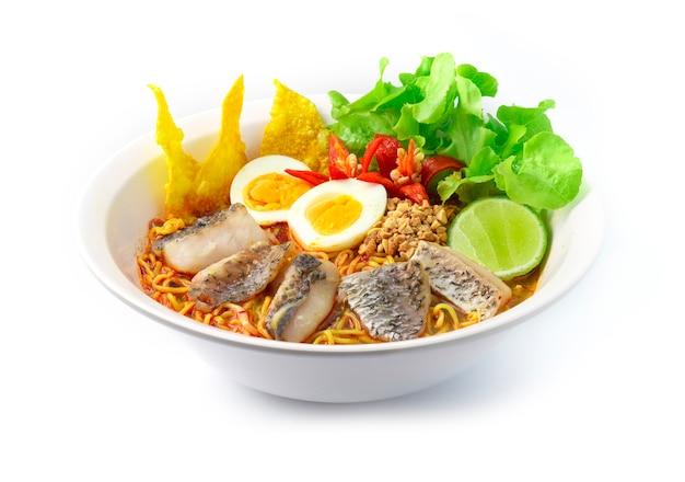 Nouilles aux oeufs avec poisson de bar asiatique ou poisson vivaneau