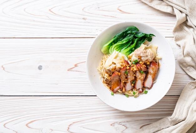 Nouilles aux oeufs avec porc rôti rouge et wonton