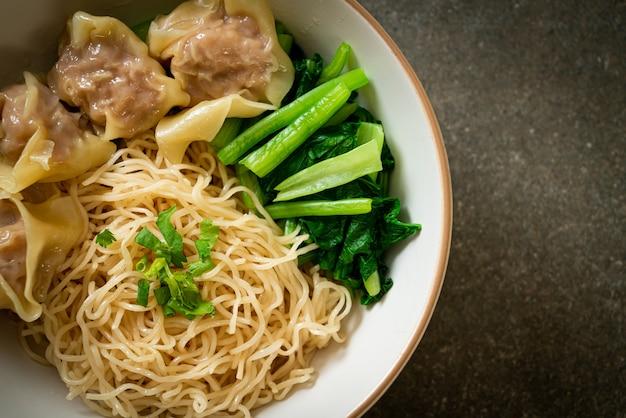 Nouilles aux œufs séchées avec wonton de porc ou boulettes de porc sans soupe style asiatique