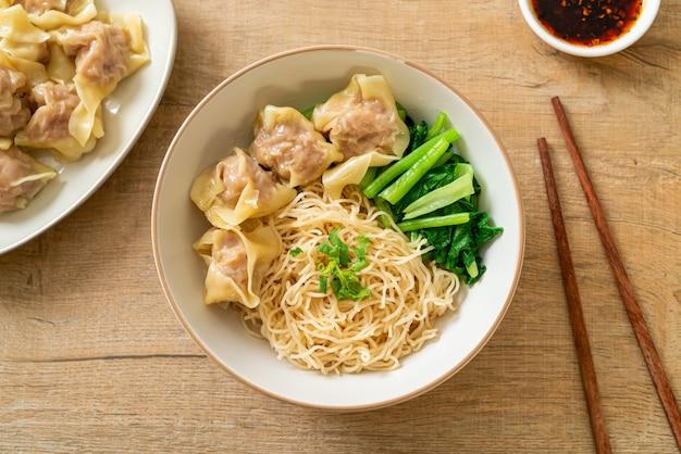 Nouilles aux œufs séchées avec wonton de porc ou boulettes de porc sans soupe style de cuisine asiatique