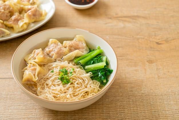 Nouilles aux œufs avec soupe wonton de porc ou soupe de boulettes de porc et légumes - cuisine asiatique