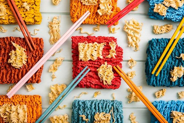 Nouilles et baguettes de ramen colorées plates