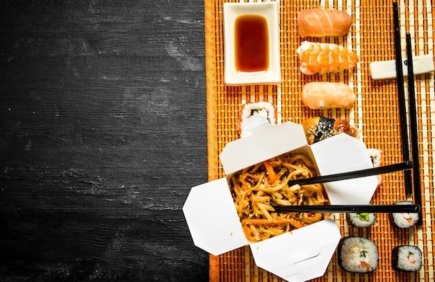 Nouilles de blé aux légumes et sushis