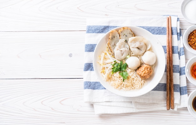 Nouilles avec une boule de poisson en soupe