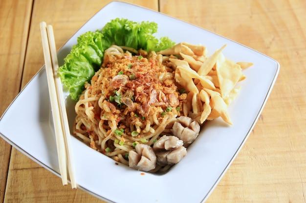 Nouilles boulettes de nourriture indonésienne typique