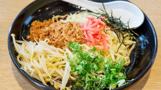 Nouilles chaudes (plats japonais) dans un bol noir, flou.