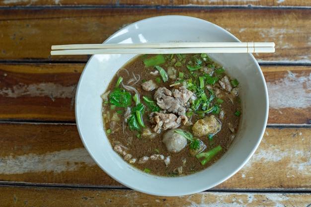 Nouilles chinoises au boeuf avec soupe claire bœuf cuit et boulettes de viande
