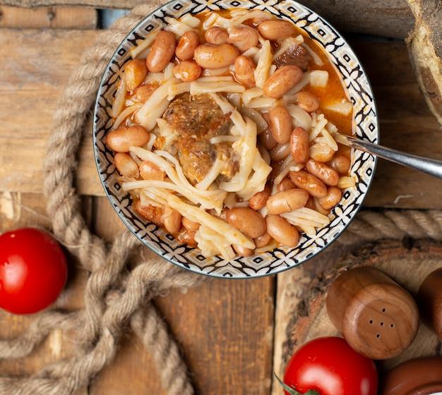 Nouilles chinoises aux haricots dans le bol. vue de dessus.