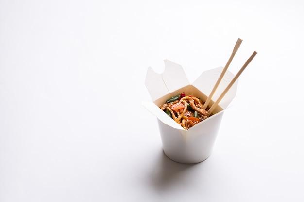 Nouilles chinoises en carton