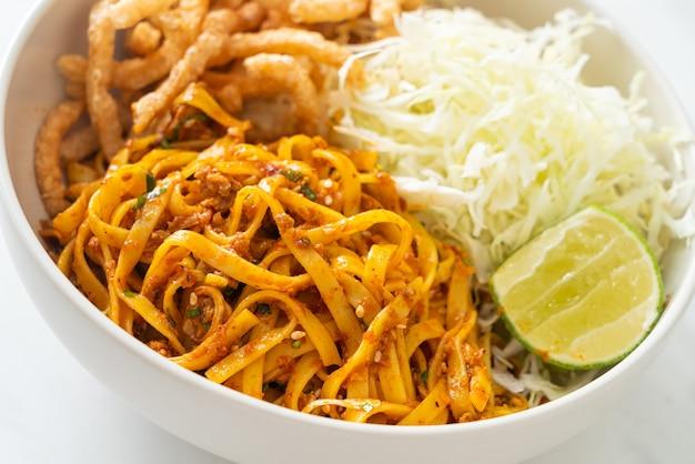 Nouilles chinoises du yunnan ou kwa meng - style de cuisine asiatique