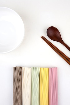 Nouilles coréennes avec une cuillère en bois et des baguettes