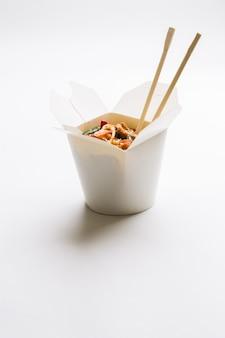 Nouilles coréennes dans une boîte en carton
