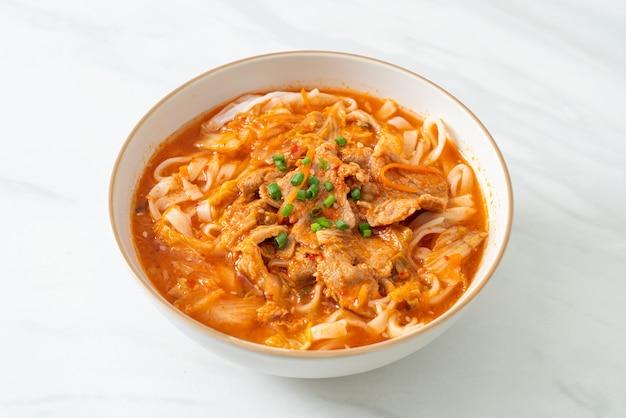 Nouilles coréennes de ramen d'udon avec du porc dans la soupe de kimchi - style de cuisine asiatique