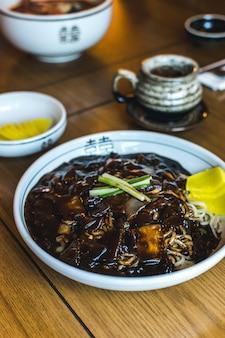 Nouilles coréennes à la sauce soja sucrée épaisse