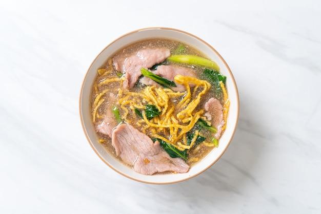 Nouilles croustillantes au porc en sauce - style cuisine asiatique