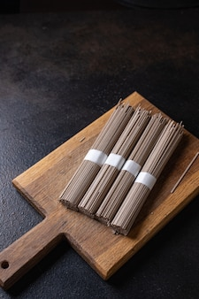 Nouilles crues de sarrasin soba prêtes à cuisiner collation repas sur la table copie espace fond de nourriture