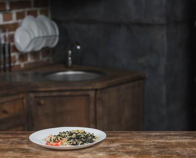 Nouilles cuites sur une plaque blanche sur le comptoir de la cuisine