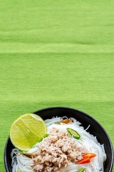 Nouilles épicées blanches, testy épicé aigre-doux