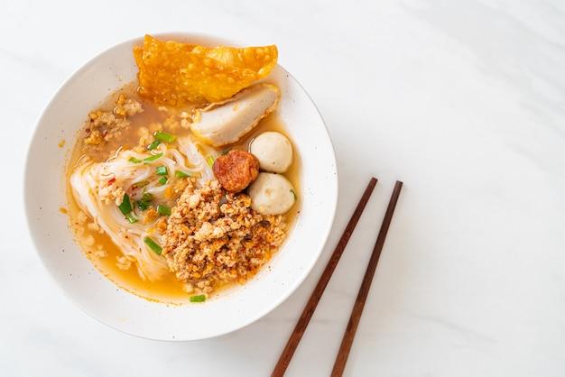 Nouilles épicées avec boule de poisson et porc haché (tom yum noodles)