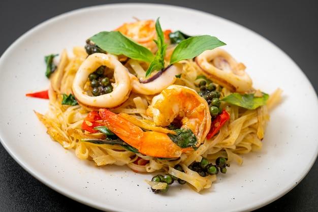 Nouilles épicées sautées aux fruits de mer (pad cha talay) - cuisine thaïlandaise