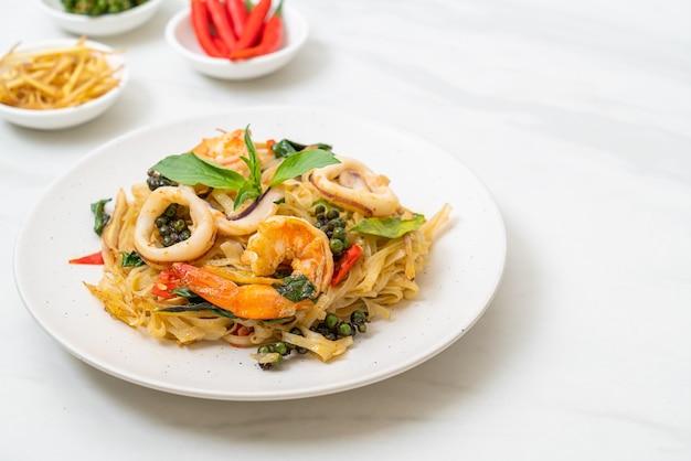 Nouilles épicées sautées aux fruits de mer (pad cha talay) - style thaïlandais