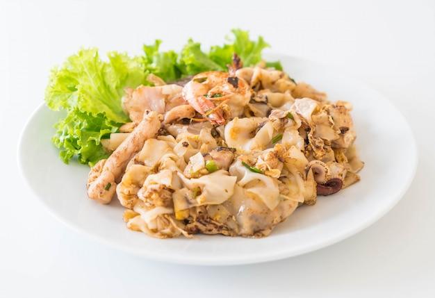 Nouilles de farine de riz fraîchement frites avec de la viande et des œufs mélangés