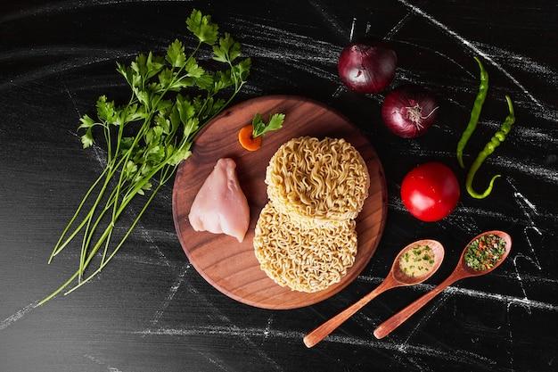 Nouilles et filet de poulet avec des ingrédients.
