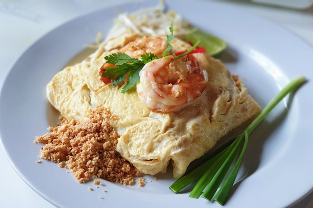 Nouilles frites enveloppées d'oeufs, cuisine thaïlandaise