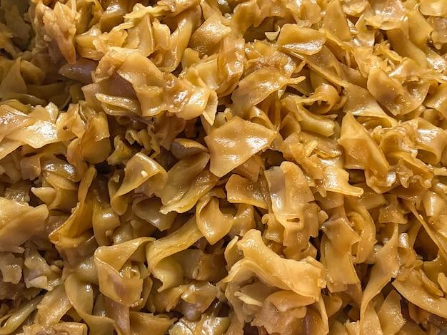 Nouilles frites avec fond de pile de sauce de soja.