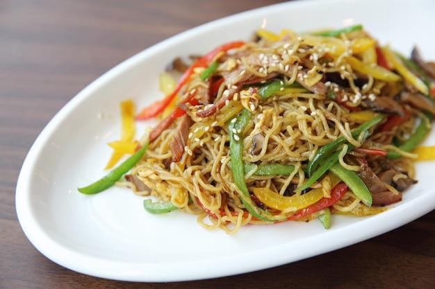 Nouilles frites de nourriture chinoise avec du jambon