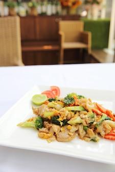 Nouilles frites de nourriture thaïlandaise avec l'oeuf et le porc