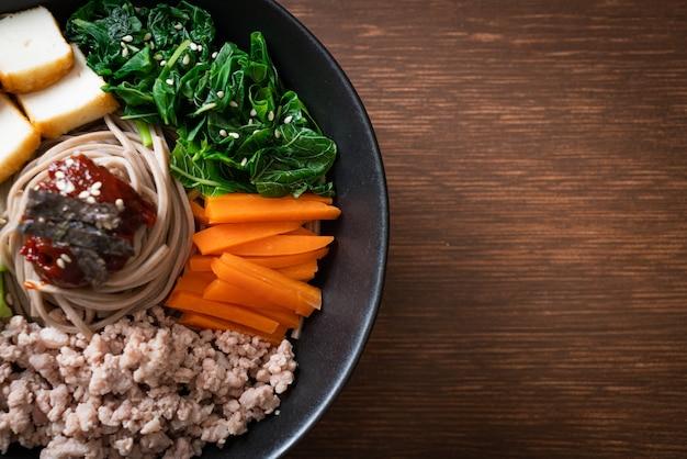 Nouilles froides épicées coréennes - bibim makguksu ou bibim guksu - cuisine coréenne