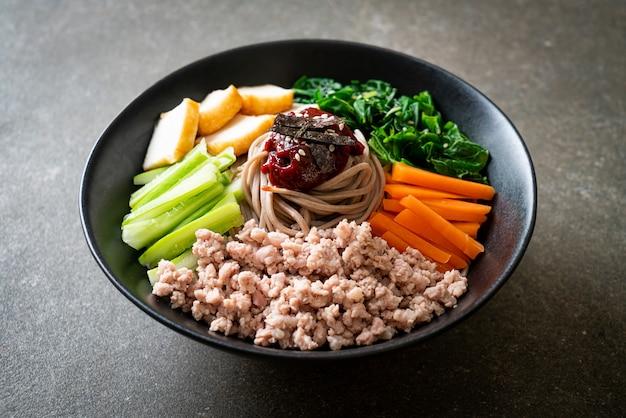 Nouilles froides épicées coréennes - bibim makguksu ou bibim guksu - style de cuisine coréenne