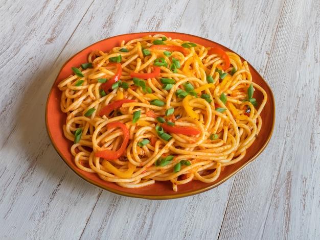 Les nouilles hakka sont des recettes indo-chinoises populaires. nouilles schezwan aux légumes dans une assiette. vue de dessus.
