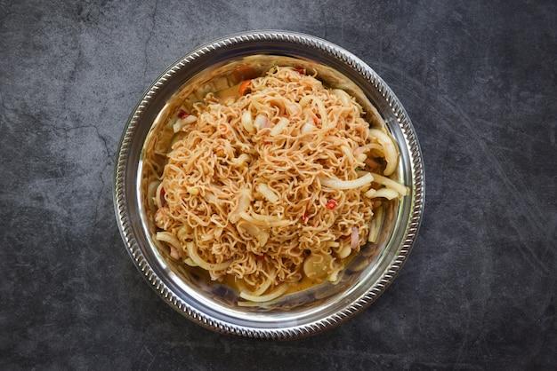 Nouilles instantanées sur assiette nouilles salade épicée cuisine thaïlandaise