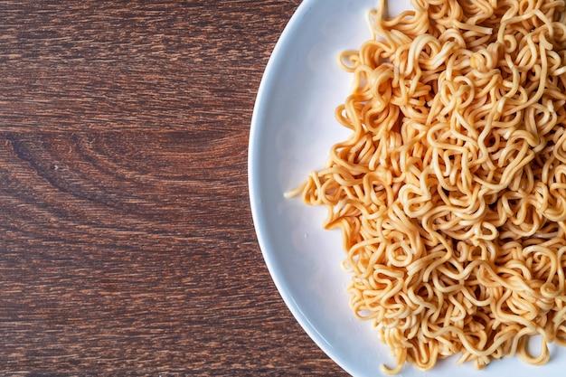Nouilles instantanées sur une assiette sur la table