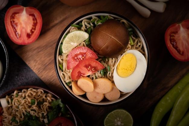 Nouilles instantanées au porc haché, citron vert, oignon, pois verts, champignon doré et mini maïs