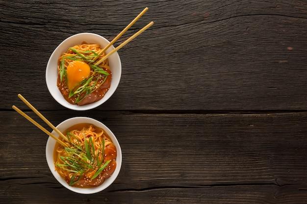 Nouilles instantanées aux légumes et œuf en tranches