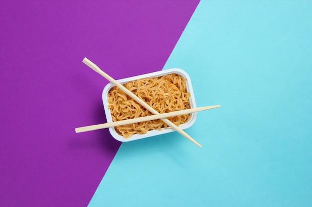 Nouilles instantanées et baguettes chinoises, minimalisme vue de dessus