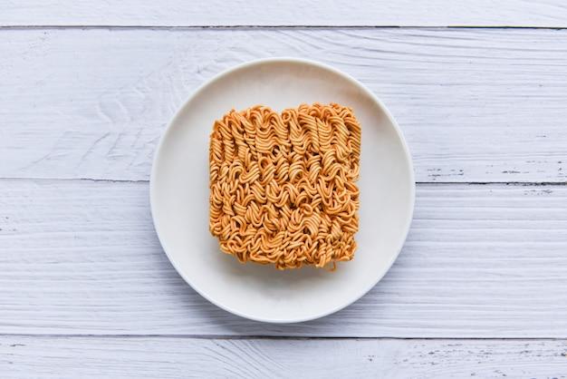 Nouilles instantanées sur bol / nouilles malbouffe thaïlandaise ou régime alimentaire rapide concept malsain
