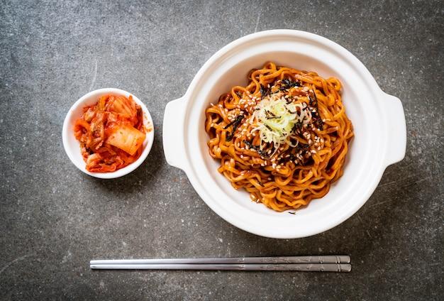 Nouilles instantanées chaudes et épicées coréennes avec kimchi