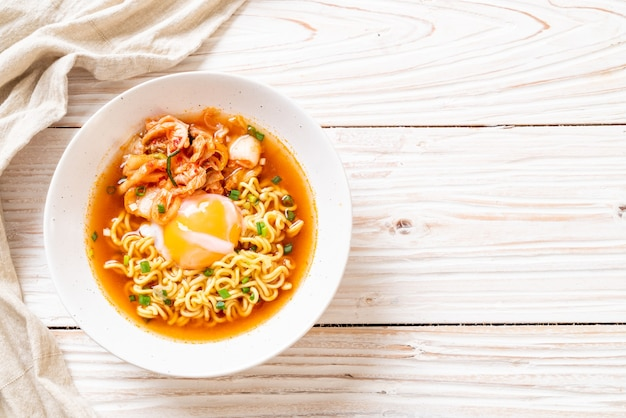 Nouilles instantanées coréennes au kimchi et aux œufs