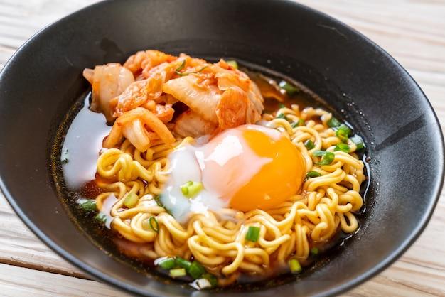 Nouilles instantanées coréennes au kimchi et à l'œuf