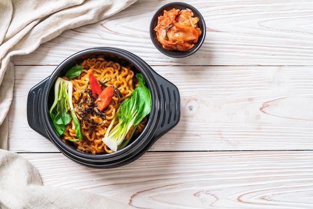 Nouilles instantanées coréennes aux légumes et kimchi