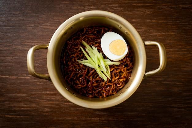 Nouilles instantanées coréennes avec concombre garni de sauce aux haricots noirs et œuf à la coque (jajangmyeon ou jjajangmyeon) - style de cuisine coréenne