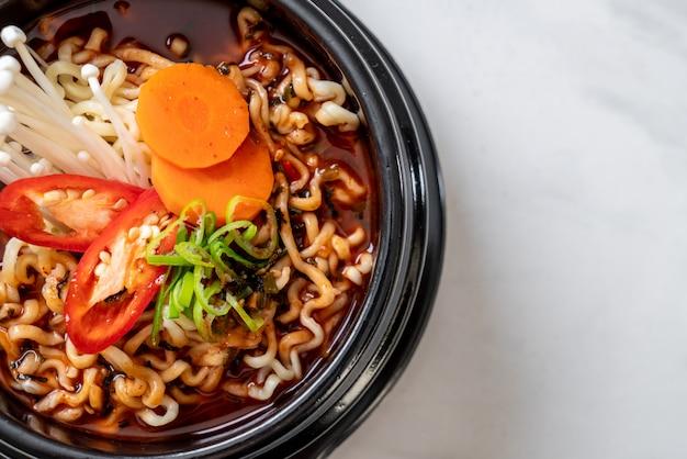 Nouilles instantanées coréennes dans un bol noir